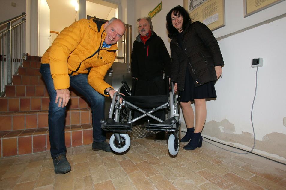 Brit Borgmann (rechts) vom gleichnamigen Sanitätshaus übergibt an Jörg Lippert und Alfred Klepzig vom Pferdebahnverein einen Rollstuhl. Mit dem kann der Hublift problemlos genutzt werden.