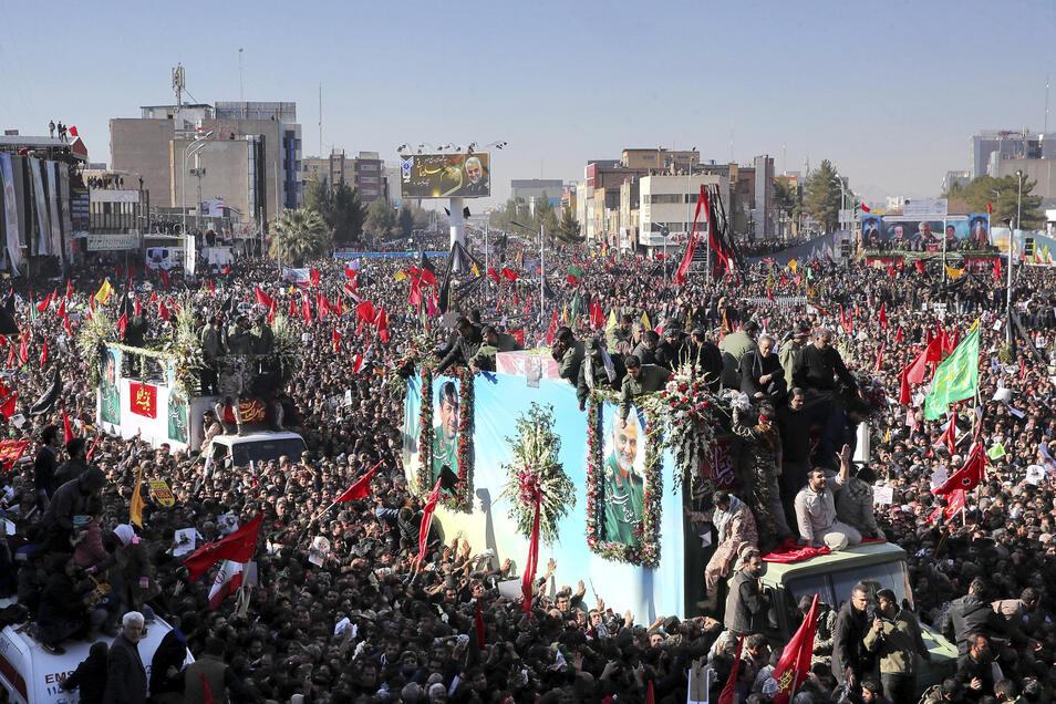 Vor der Beisetzung des bei einem US-Raketenangriff getöteten iranischen Generals Soleimani haben Medienangaben zufolge Hunderttausende Menschen den Trauerzug durch seinen Geburtsort Kerman begleitet.