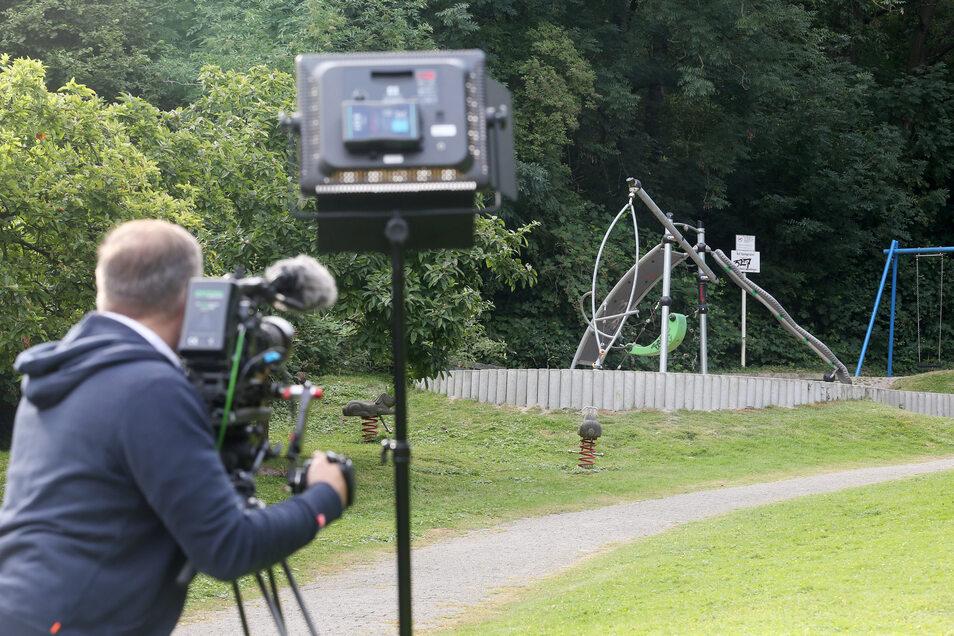 Ein Kameramann filmt einen Spielplatz, in dessen Nähe eine junge Frau von einer Gruppe Jugendlicher überfallen und sexuell missbraucht worden ist.