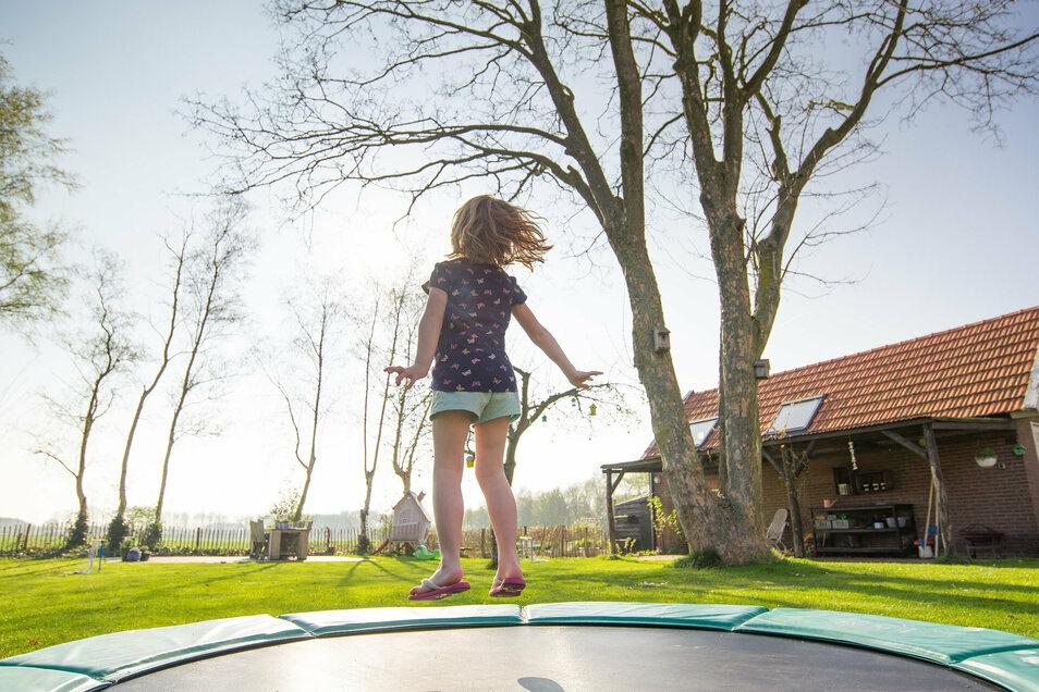 Hüpfendes Kind auf einem Trampolin: bloß nicht überschätzen und die Kontrolle verlieren.