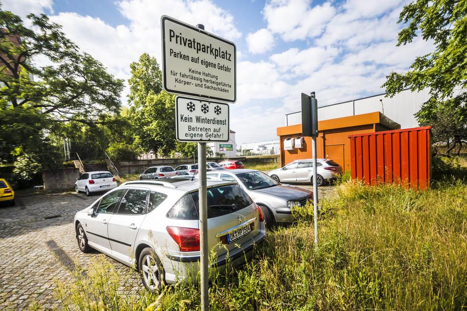 Zum Grundstück der Imbissbude gehören auch benachbarte Parkplätze. Die dürfen Autofahrer kostenlos nutzen – noch.