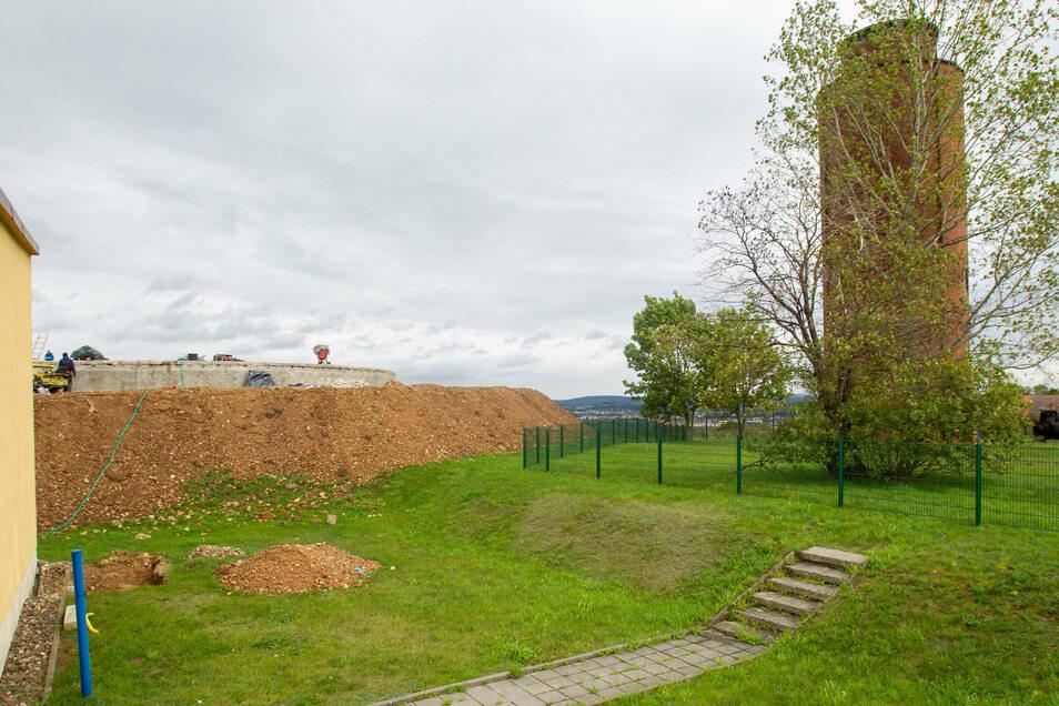 Die Baustelle hinterm Wasserturm bleibt bis 2022. Wann auf dem Turmareal gebaut wird, ist offen.
