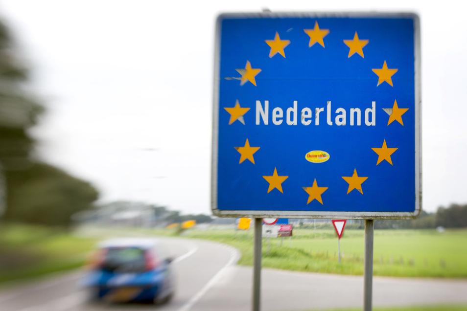 Ein Schild an der offenen Grenze zwischen den Niederlanden und Deutschland.  Nordrhein-Westfalen hebt die Quarantäne-Vorschrift für EU-Rückkehrer auf.