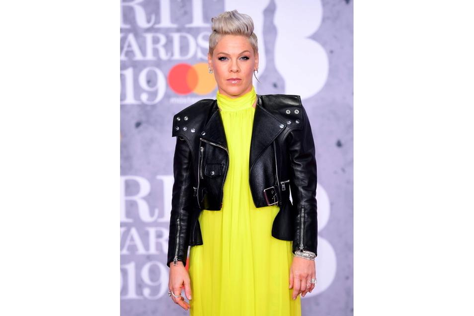 Die Sängerin Pink und ihr Sohn Jameson Moon (4) seien beide im März 2020 schwer an Corona erkrankt, während ihre Tochter Willow Sage (9) und Ehemann Carey Hart (45) vom Virus offenbar verschont worden waren.