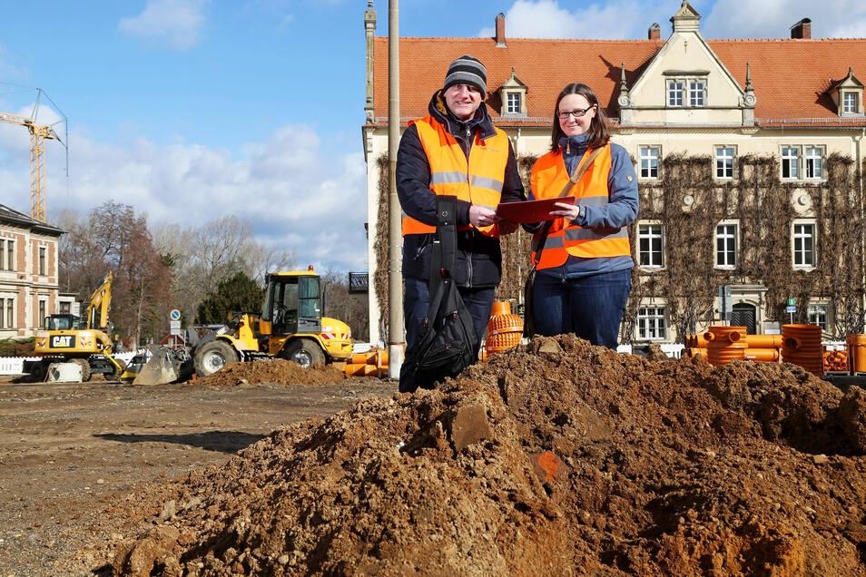 Christoph Heiermann und Margit Georgi vom Landesamt für Archäologie im März 2019 auf dem Rathausplatz. Georgi ist eine der drei Autorinnen, die jetzt in Archaeo ein erstes Fazit der Grabungen in Riesa ziehen.