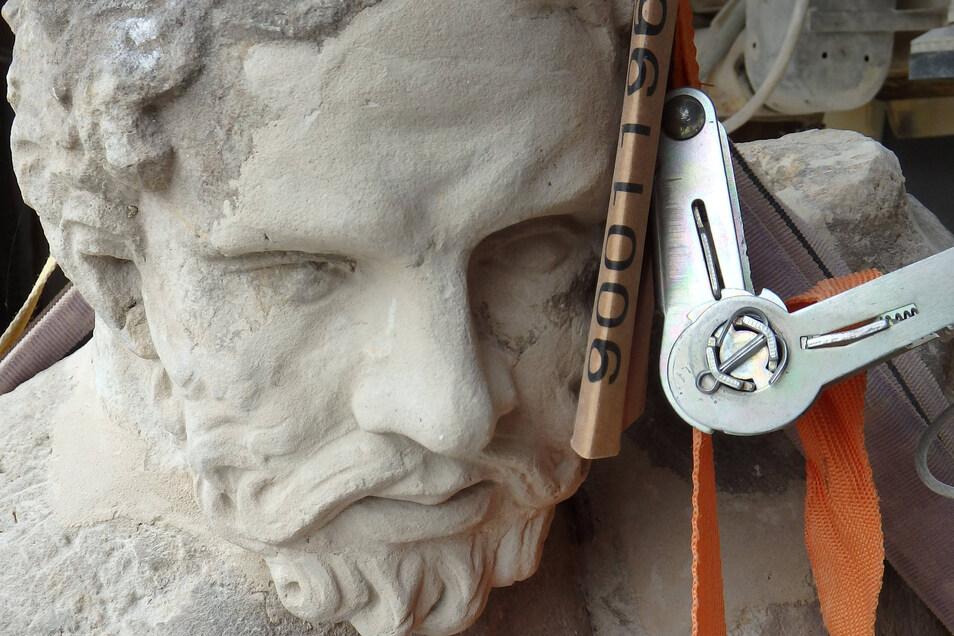 Noch hängt der unfertige Herkules in den Seilen. Das Gesicht musste fast gänzlich rekonstruiert werden.