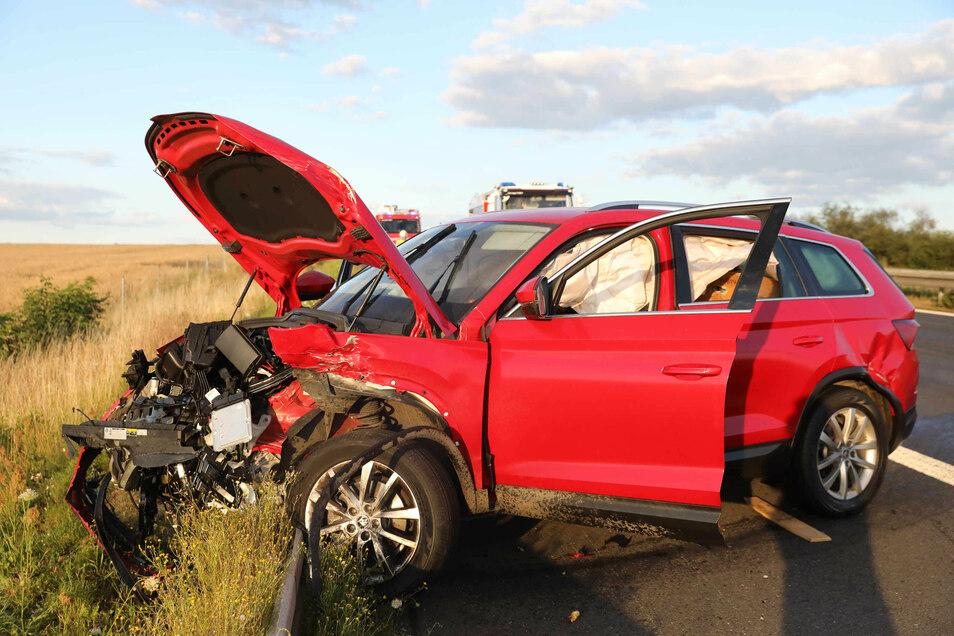 Die Front eines beteiligten Wagens wurde völlig zerstört.
