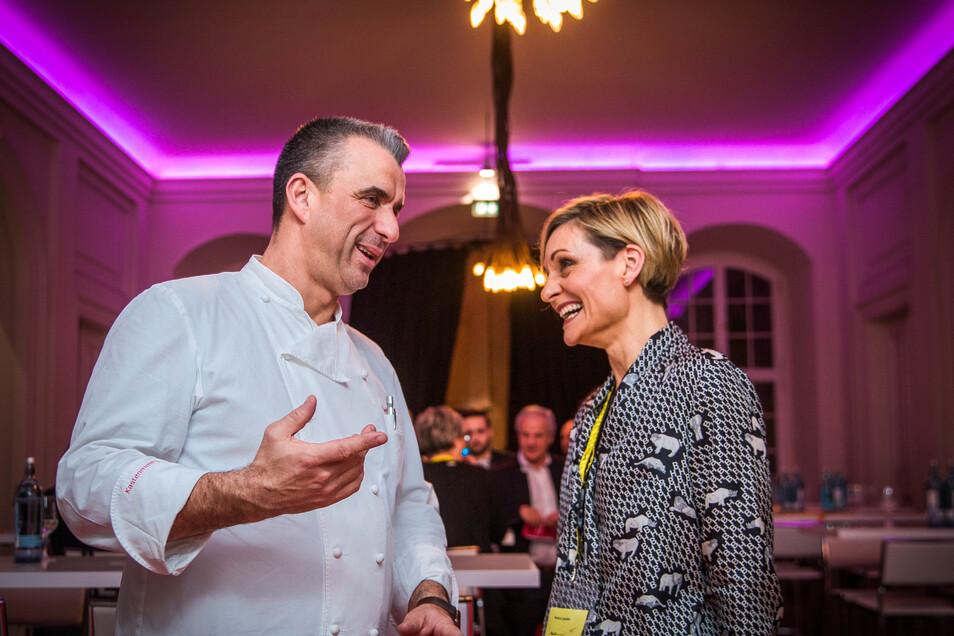 Promi-Koch Gerd Kastenmeier hat gemeinsam mit anderen Gastronomen für den guten Zweck gekocht. Petra Lauber vom Verein Aufwind will das Spendengeld für neue Schulranzen nutzen.