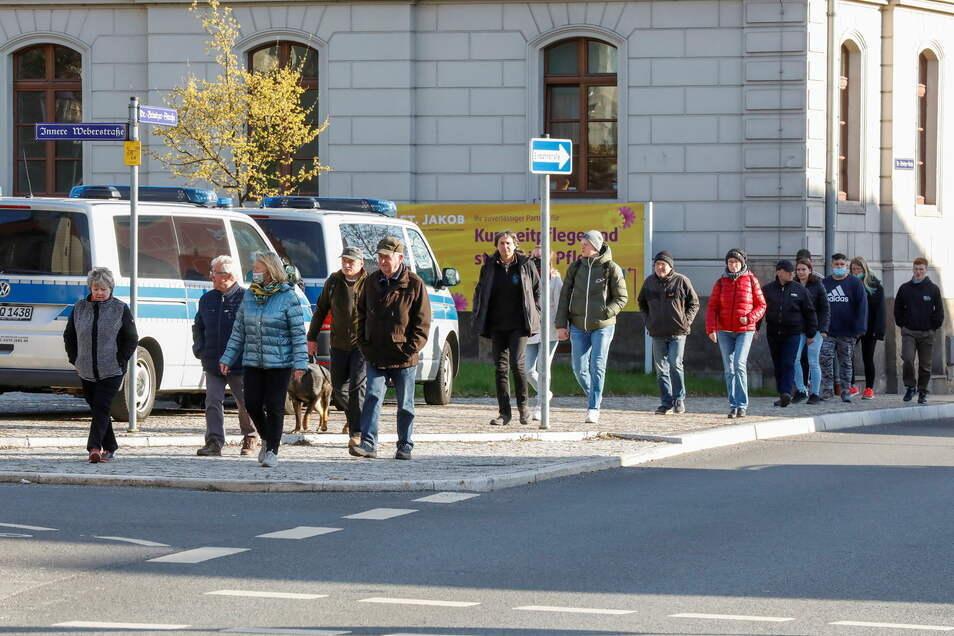 Einige der Ringspaziergänger am Montag auf der Weberstraßen-Kreuzung auf dem Stadtring