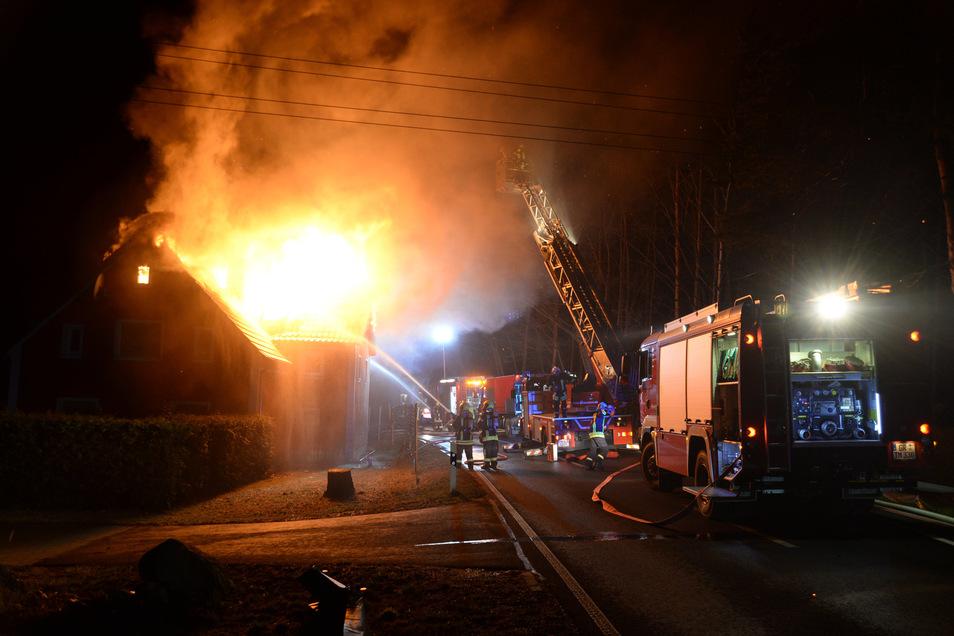 Bei einem Hausbrand im Ortsteil See steht in den Abendstunden der Dachstuhl in Flammen.