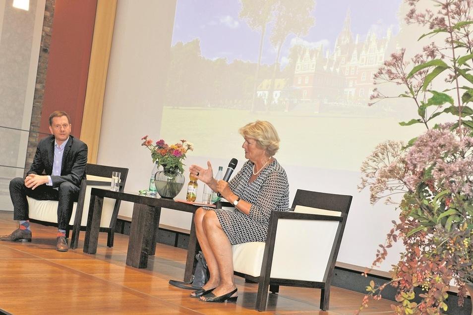 Erstes Schlossgespräch 2020 des Fördervereins in Bad Muskau: Gastgeber und Vereinsvorsitzender Michael Kretschmer im Dialog mit Bundeskulturministerin Monika Grütters.