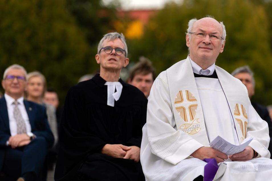 Verschiedene Glaubensgemeinschaften beim ökumenischer Gottesdienst: vorn Pfarrer Clemens Rehor, dahinter Superintendent Tilmann Popp.