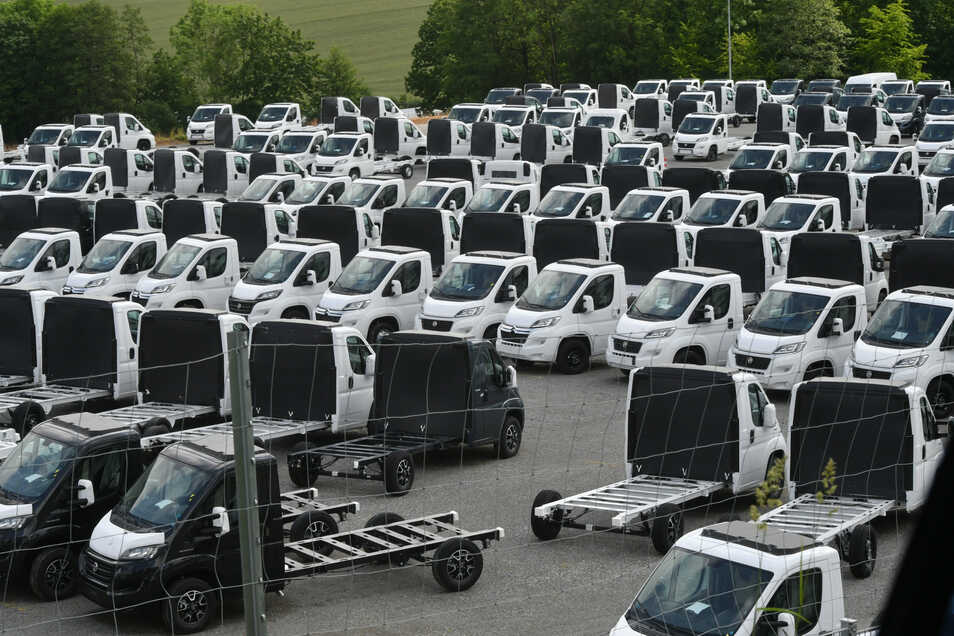 Capron-Fahrgestelle für die Wohnmobile stehen an der Kirschallee in Neustadt.