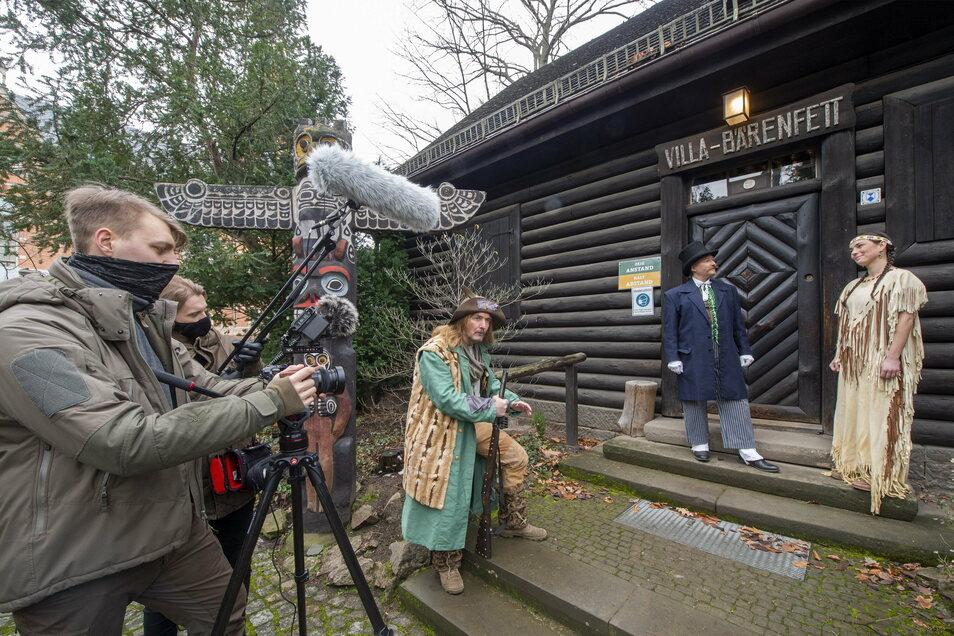 Das Kamerateam steht vor der Villa Bärenfett und nimmt eine Szene mit Julia Schmidt als Nscho-tschi (r.), Roland Wichmann als Karl May (2.v.r.) und Peter Anders als Sam Hawkens (M.) auf.