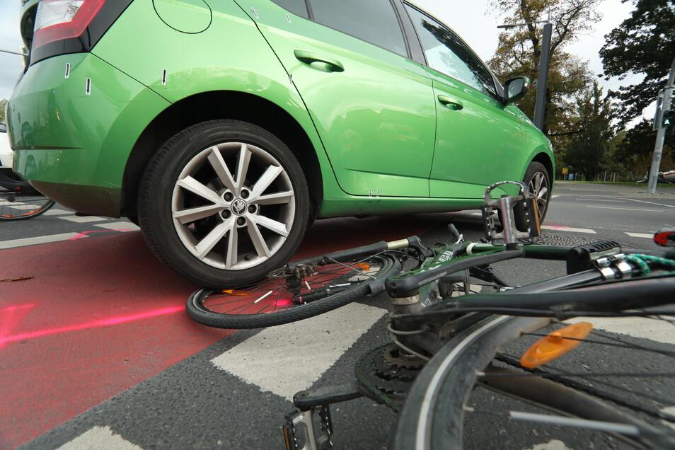 Bei einer Kollision zwischen einem Skoda- und einem Radfahrer wurde der Radfahrer schwer verletzt.