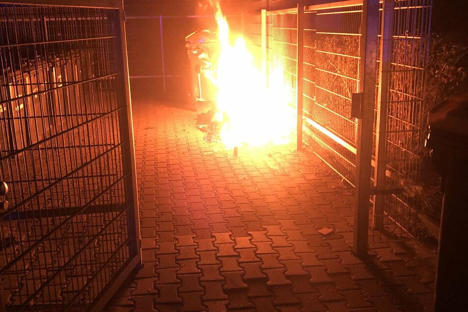 Eine Einfassung brennt an der Brückenstraße.