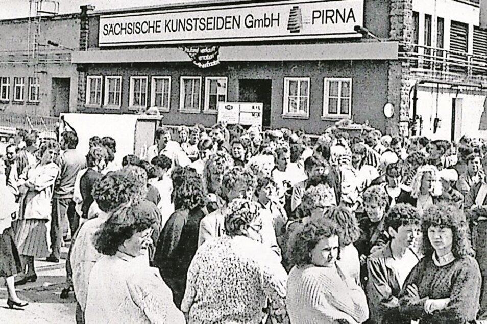 Betriebsangehörige protestieren am 14. Juni 1993 gegen die drohende Schließung der Kunstseide. Repro: SZ