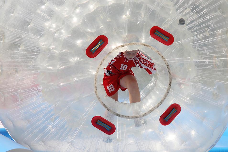 Einstieg in eine Riesen-Weichplastik-Kugel, in der man beim LHV-Sportfest rollend das FKO-Gelände erkunden konnte – unbekannte Welten für Handballer...
