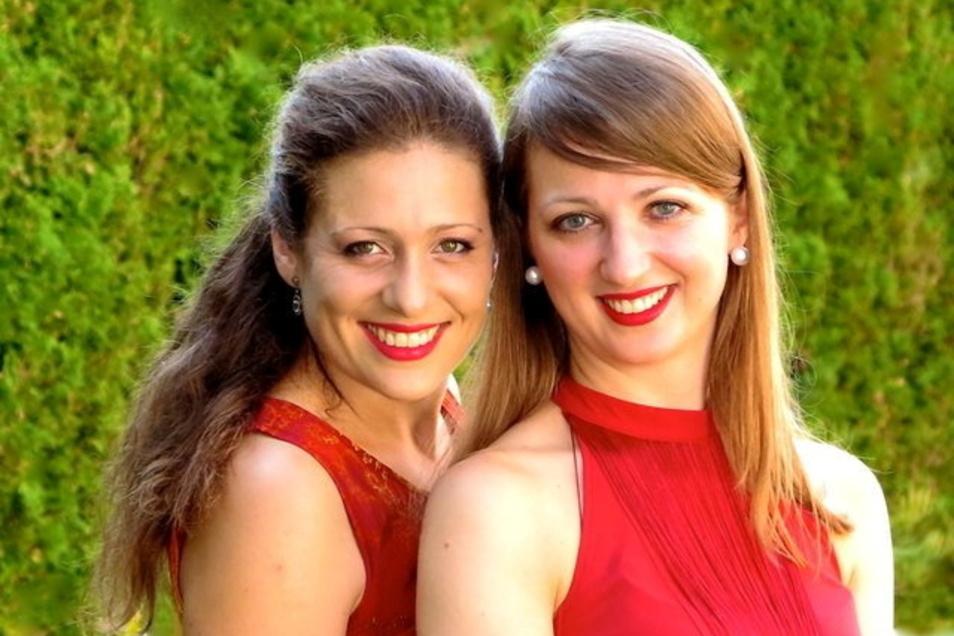 """Die Pianistinnen Ariane Haering (l.) und Ardita Statovci treten seit 2005 als Duo """"ariadita"""" auf. Beim Kammermusikfest Oberlausitz sind sie im Zinzendorf-Schloss in Berthelsdorf zu erleben."""