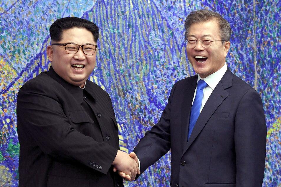 In diesem Archivbild vom 27. April 2018 posiert der nordkoreanische Machthaber Kim Jong Un (l) mit dem südkoreanischen Präsidenten Moon Jae In.