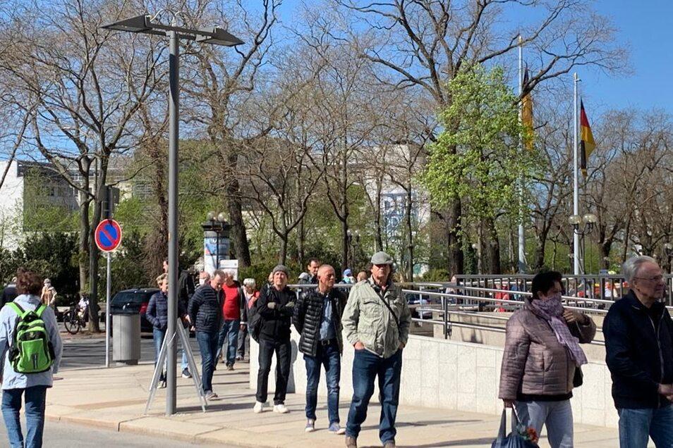 Der OB verteilte Schutzstücke und viele Dresdner strömten heran, um sich die kostenlose Maske abzuholen.