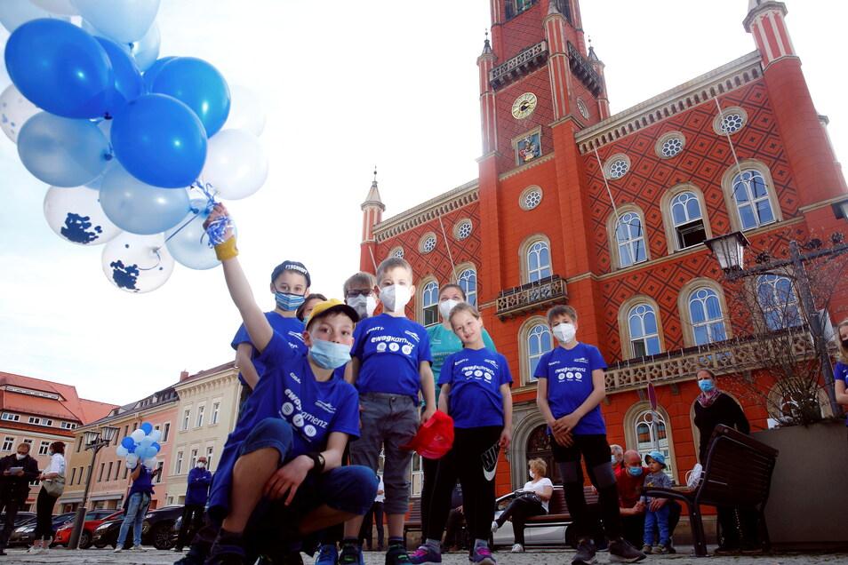 Kamenzer Sportler wie diese Jungs auf dem Markt ließen am Mittwoch an verschiedenen Stellen in der Stadt Luftballons steigen. Sie fordern eine Öffnungsstrategie für den Vereinssport.