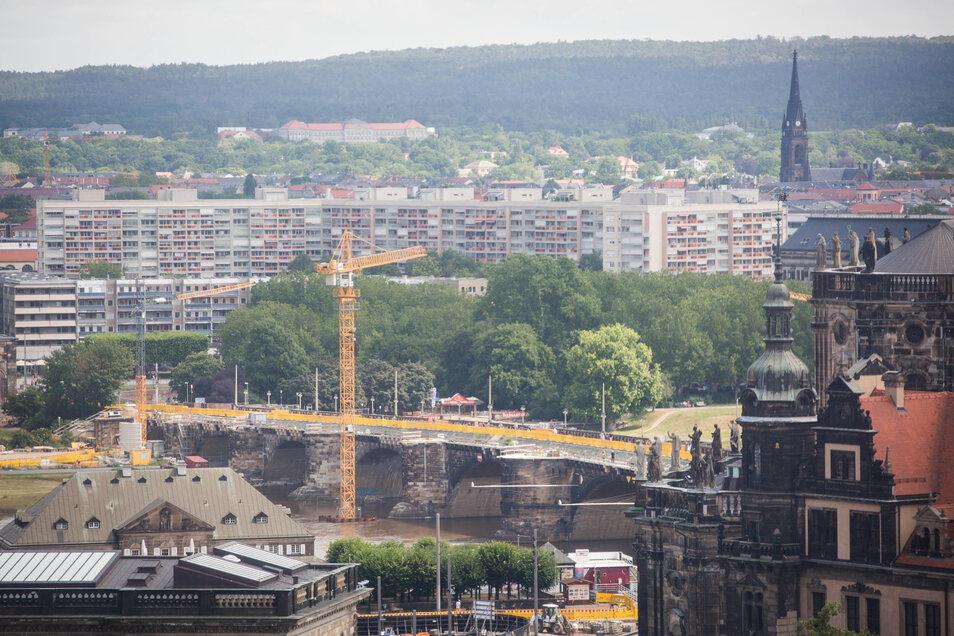 Baukräne ragen derzeit an der Augustusbrücke empor. Auch während der Coronakrise haben die Bauleute ohne Pause weitergearbeitet.