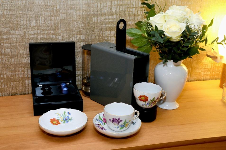 Meißner Porzellan und eine Nespresso-Kaffeemaschine sind Teil der luxuriösen Ausstattung.