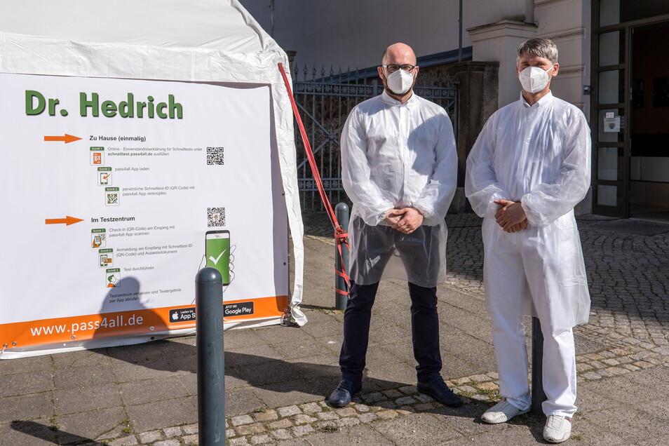 Einer der wenigen Ärzte, der Testungen anbietet, ist Dr. Henry Hedrich (re.) in Görlitz - im Bild mit Martin Winkler, der beim Testen hilft.