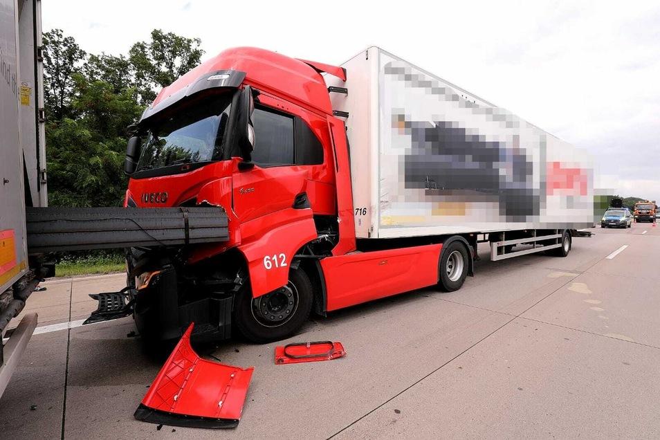 Ein am Unfall beteiligter Lkw hatte Stahlträger geladen.