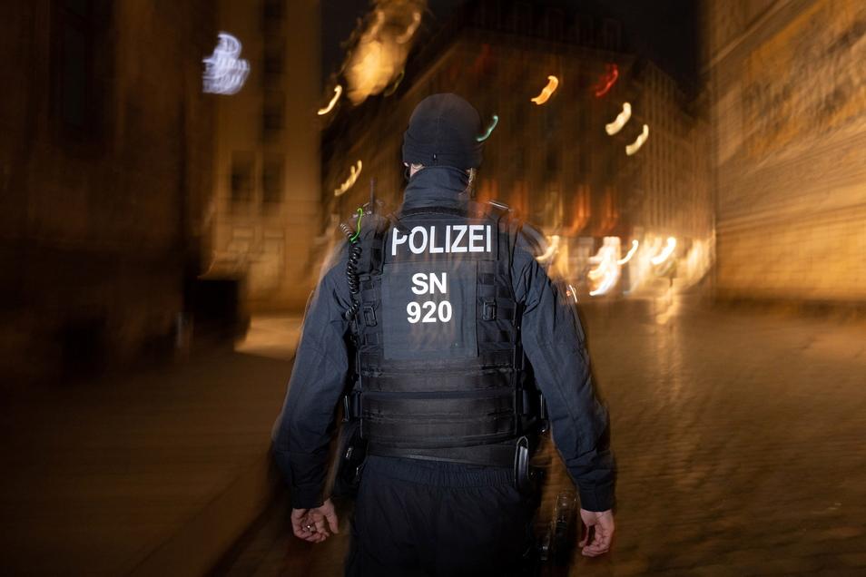 In der Nacht zum Donnerstag hatten es Dresdner Polizisten mit einer angriffslustigen Frau zu tun.
