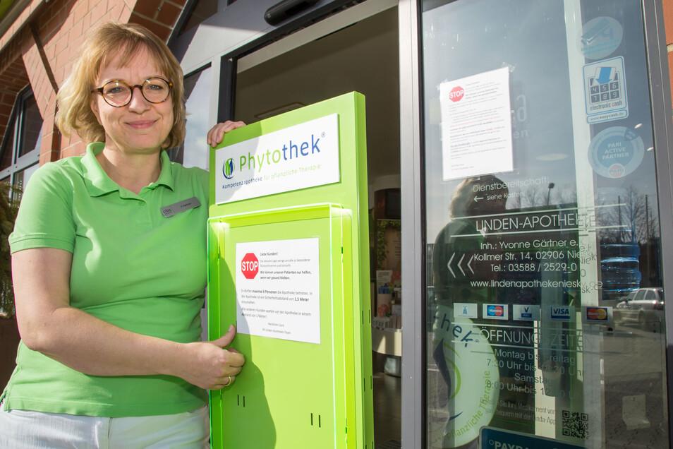 Yvonne Gärtner mischt in ihrer Apotheke in Niesky regelmäßig selbst Desinfektionsmittel an.