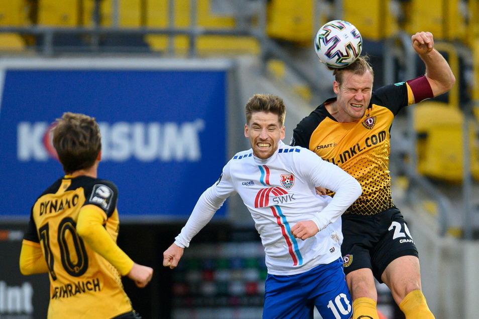 Dynamos-Kapitän Sebastian Mai gewinnt gegen Uerdingens Kolja Pusch den Ball. In der Abwehr steht Dynamo sicher.