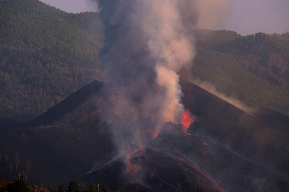 Lava fließt aus dem Vulkan auf der Kanareninsel La Palma.