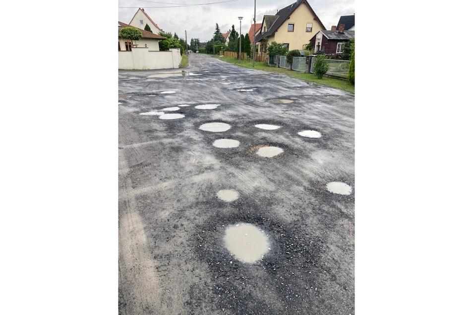 Im Juli glich die Straße einer Kraterlandschaft. Autofahren war selbst bei Schrittgeschwindigkeit eine Zumutung, sagen die Anwohner.