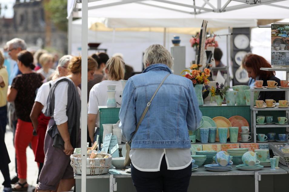 Der 26. Dresdner Keramikmarkt bietet Einzelstücke und serielles Geschirr. Traditionelle Techniken gibt es ebenso wie moderne schlichte Formen und üppige Dekore.