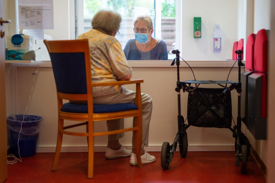 Getrennt durch eine Scheibe: So laufen Besuche derzeit in vielen Pflegeheimen ab.