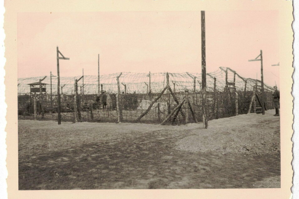 """Ein """"Sonderpferch"""" zur Verbüßung von Arreststrafen im Lager unter freiem Himmel."""