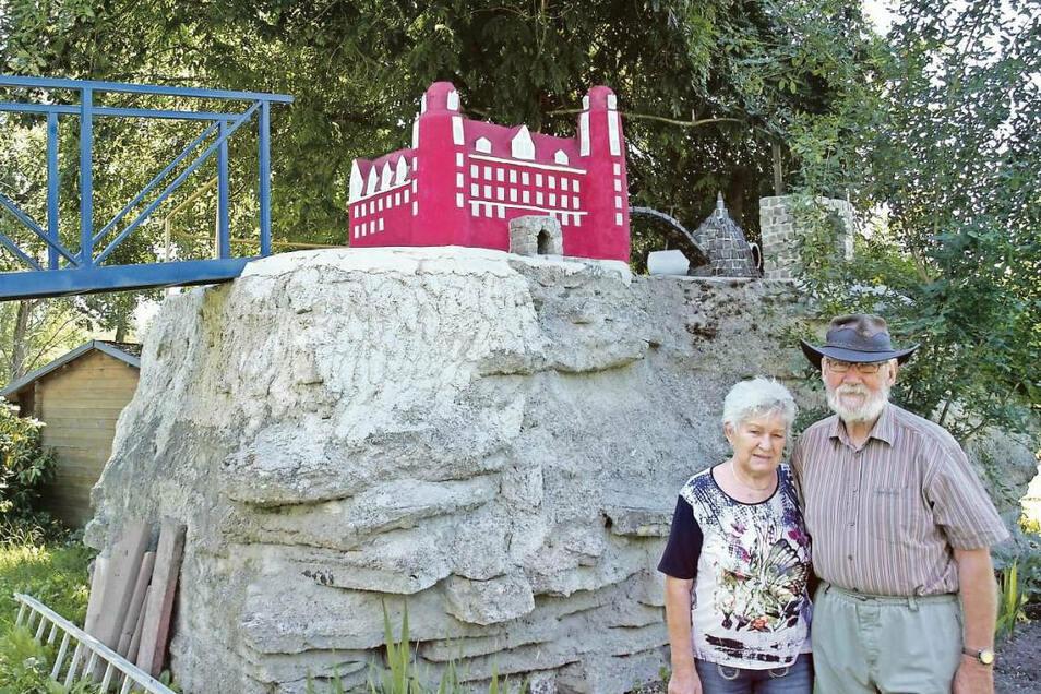 Peter und Rosemarie Feller vor den neuesten Bauwerken in ihrem Gartenpark, der zwei Hektar groß ist und täglich kostenfrei geöffnet hat.