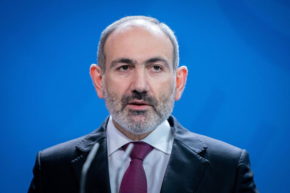 Nikol Paschinjan hatte erst vor wenigen Tagen um ein Ende der Kämpfe in Berg-Karabach und um Hilfe aus Moskau gebeten. Dies wurde ihm von seinen Gegnern im Land als Kapitulation vor der Offensive Aserbaidschans ausgelegt.