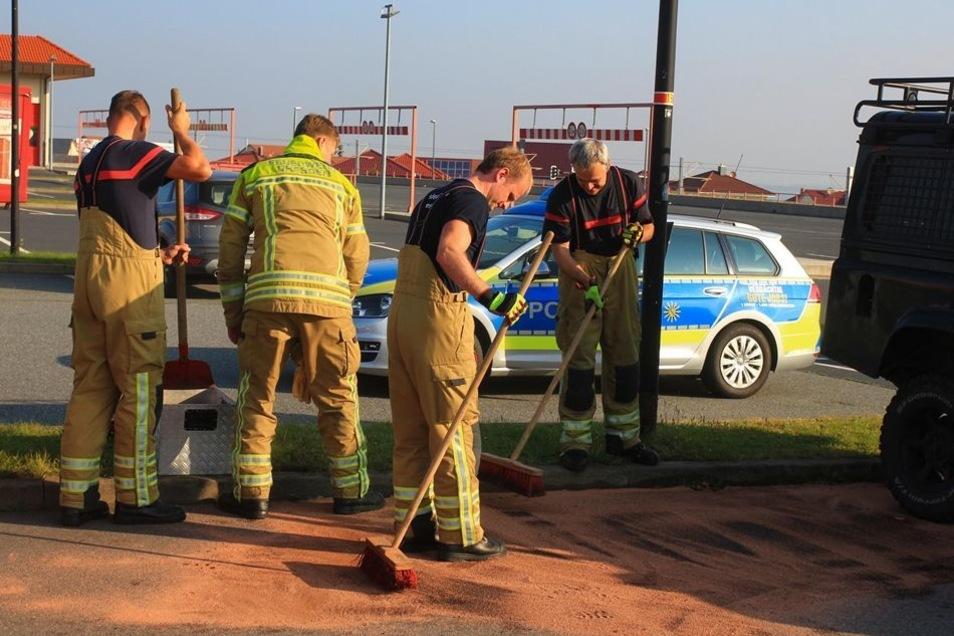 Die Feuerwehr nahm auslaufenden Diesel auf.