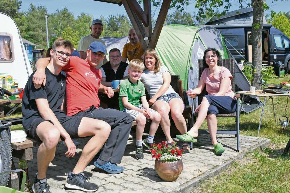 Die Familien Jannack, Schmidt und Jank kommen regelmäßig an den Halbendorfer See. In diesem Jahr begann die Saison für sie mit Verspätung.