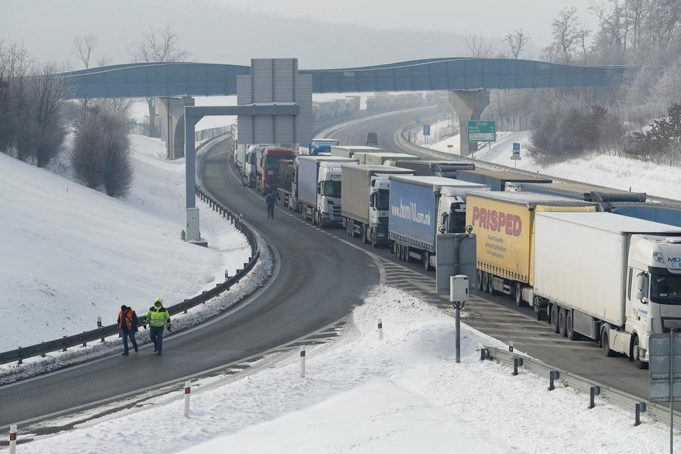 Nichts geht mehr am Montag auf der Autobahn bei Ústí nad Labem (Aussig an der Elbe) in Richtung Dresden. Wegen der corona-bedingt eingeführten Grenzkontrollen stauen sich die Lkw kilometerweit.
