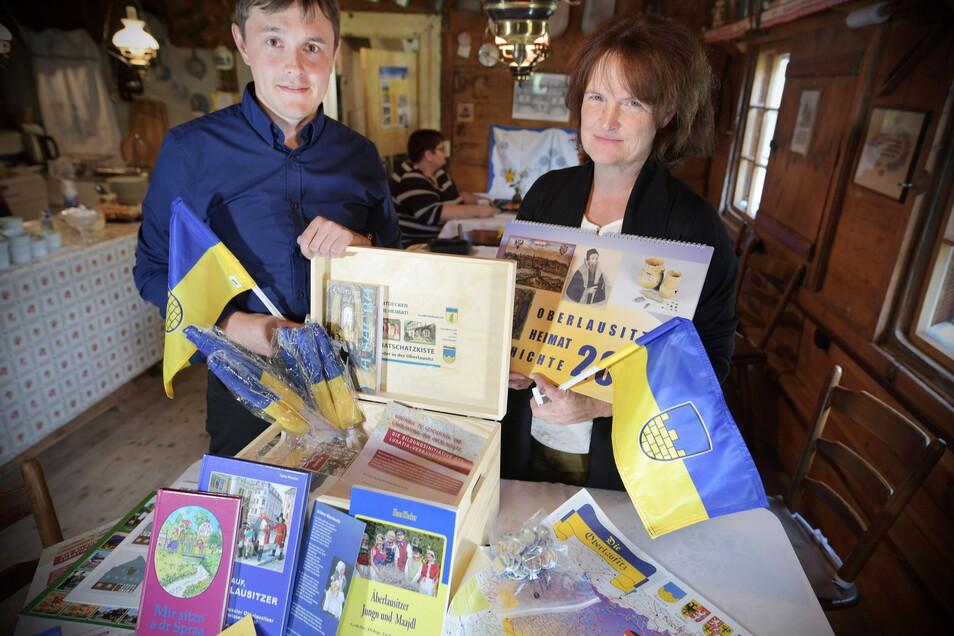 Anja Bähr von der Zittauer Weinau-Grundschule und Ralf Krause von der Oberschule Neusalza-Spremberg nahmen die Oberlausitzer Heimatschatzkisten für ihre Schüler entgegen.