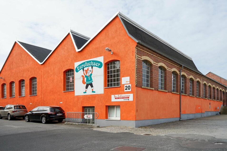 Das Schild des Unternehmens Eurofuchser hängt noch an der Halle auf dem Aicher-Gelände in Bischofswerda. Jetzt will dort ein Online-Händler einziehen.