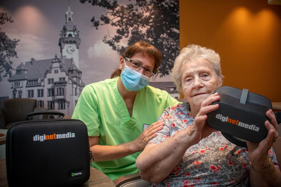 Sonja Kluska (rechts) lässt sich mithilfe der VR-Brille gern an den Ostseestrand entführen. Janet Bieber unterstützt die Seniorin bei der Handhabung des Gerätes.