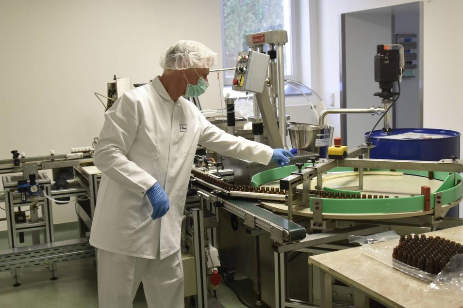 Bernd Ludwig kontrolliert die Abfüllung des Öls. Rund 800 Kilogramm Lavendelöl werden jährlich bei Bombastus verarbeitet.