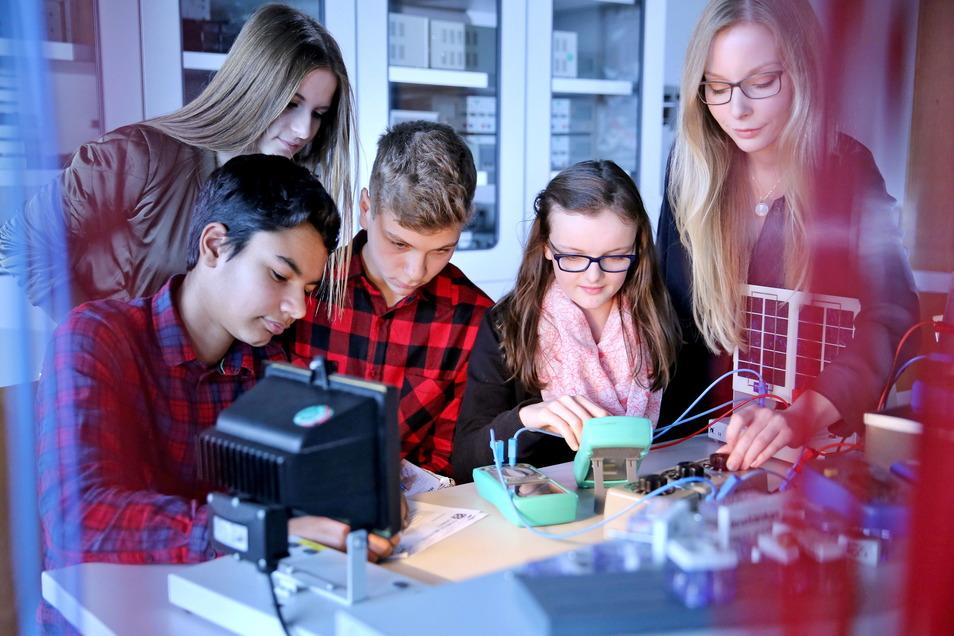 Vor allem an den Gymnasien fehlen in den Fächern Physik und Mathematik Lehrer. Die Stellen sind ausgeschrieben, aber es gibt keine Bewerber.