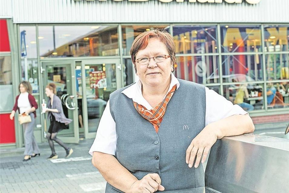 """Der Job bei McDonalds sollte nur eine Übergangslösung sein. Nach der Wende verlor Christine Wolf ihre Stelle als Gärtnerin, ein Freund empfahl ihr die Burgerkette. """"Der erste Tag war katastrophal, mein Mann musste mir gut zureden, dass ich weitermache."""" Das ist 20 Jahre her, heute ist sie Schichtführerin in der Elbepark-Filiale. Tagesproduktion: 3.000 Burger. """"Ich arbeite hier viel und gern mit jungen Leuten, da bleibt man selbst jung."""" Und sie mag ihre Arbeit, weil rund um die Uhr etwas los ist. """"Das Seltsamste war mal ein erwachsener Mann, der bei uns Kindergeburtstag mit Juniortüte und allem Drum und Dran gefeiert hat."""""""