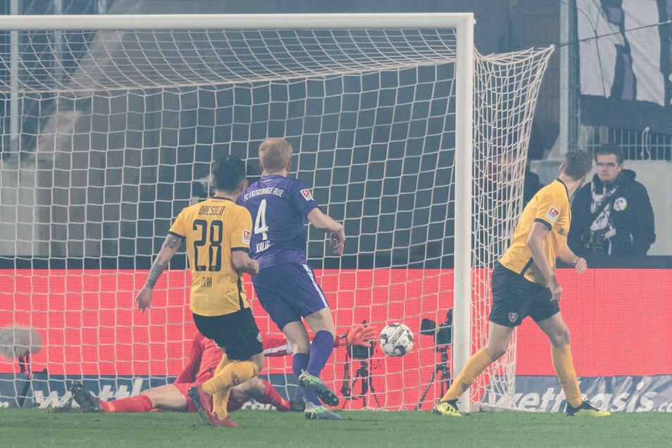 Der Moment, in dem sich das Derby dreht: Dynamos Lucas Röser (r.) hat den Ball mit der Hacke ins Auer Tor gekickt.